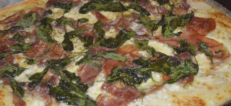 Pizza med parmaskinke og spinat