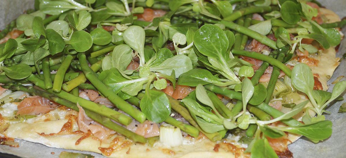Pizza med laks og grønt