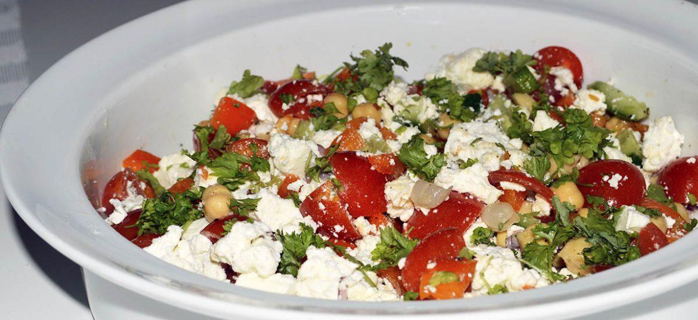 Græsk salat med kikærter
