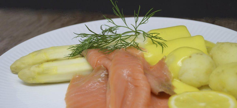 Hvide asparges med røget laks og hollandaise