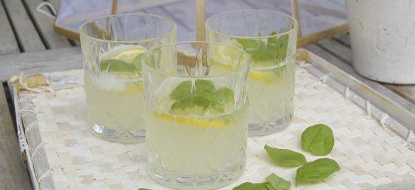 Lemonade med basilikum