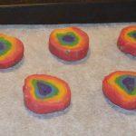Regnbue cookies - på pladen