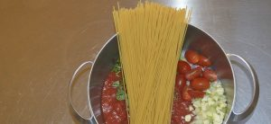 One pot pasta med tomat og basilikum